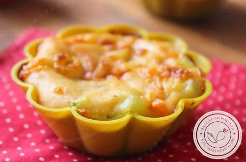Receita de Bolinho de Chuchu com Tomate e Queijo - uma receita de assado que é uma delícia para servir no lanche ou para um almoço leve.