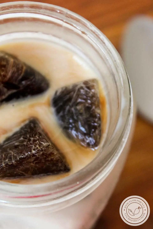 Receita de Leite com Gelo de Café - para começar bem o dia, com uma caneca enorme dessa bebida e um pedaço de pão caseiro para acompanhar.