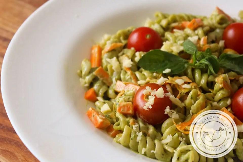Receita de Salada de Macarrão com Maionese de Manjericão - um prato delicioso para os dias quentes de verão!