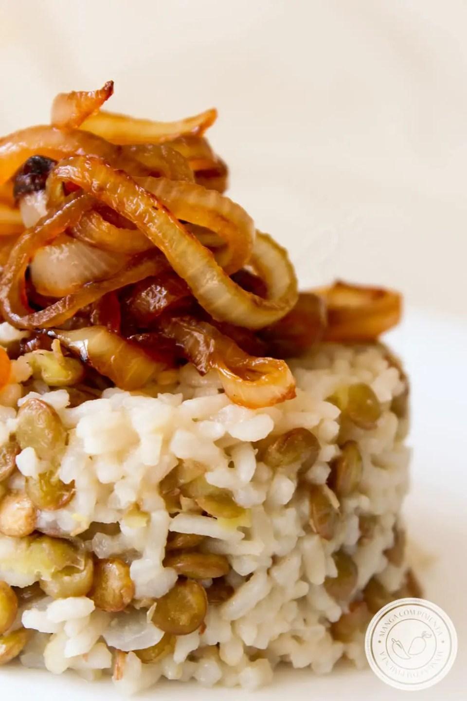 Receita de Arroz com Lentilhas e Cebola Caramelizada - um prato gostoso e muito nutritivo para o almoço ou jantar da semana.