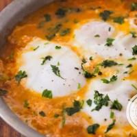 Ovos Cozidos em Molho de Tomate