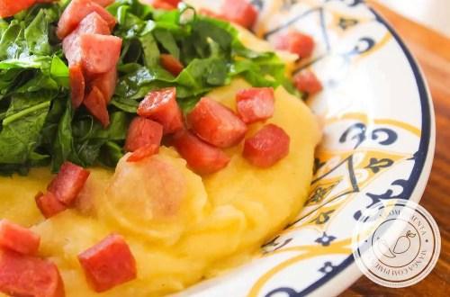 Receita de Polenta com Linguiça Calabresa e Couve - prepare e sirva em dias frios!