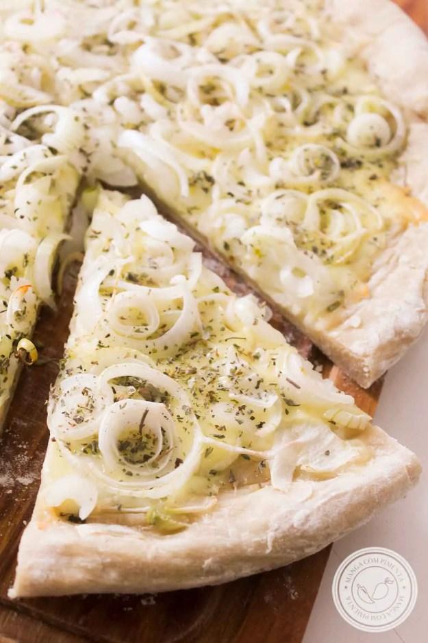 Receita de Fugazzeta - uma pizza argentina que leva muito queijo e cebola no seu preparo!