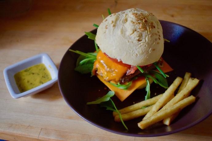 Burger basilic, roquette & mimolette (pain et sauce béarnaise maison)