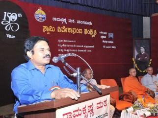 071 Dr Vijay Prakash, CEO, Zillah Panchayat, Mangalore Addressing the teachers