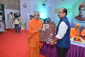 Swami Jitakamanandaji presenting memento to Sri B S N Murthy