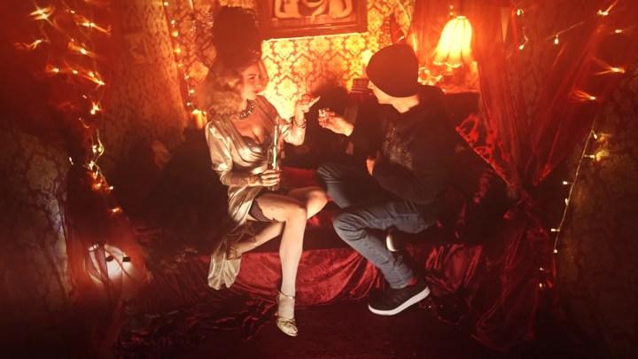 V novém videoklipu Wohnoutů si hlavní roli zahrála burleska Therese Rosier