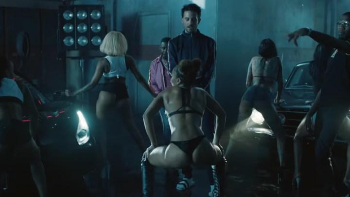 G-Eazy použil ve svém videoklipu Ford Mustang, Ferrari a twerkující holky