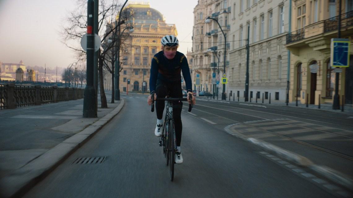 Festka v působivém videu nabádá cyklisty, aby nadále jezdili sami a dodržovali bezpečnostní opatření