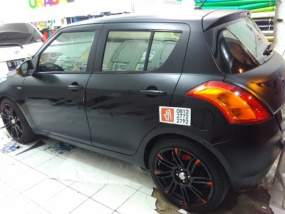wrapping stiker mobil | swift full hitam doff | mangele stiker 081227722792