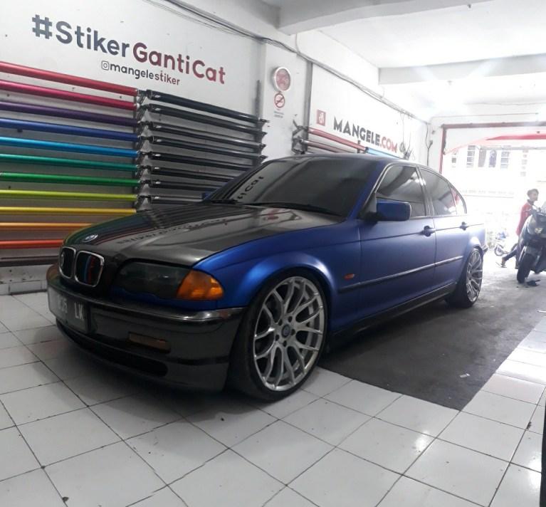 wrapping stiker mobil | BMW Blue Metallic Matte Variasi Carbon | mangele stiker 081227722792