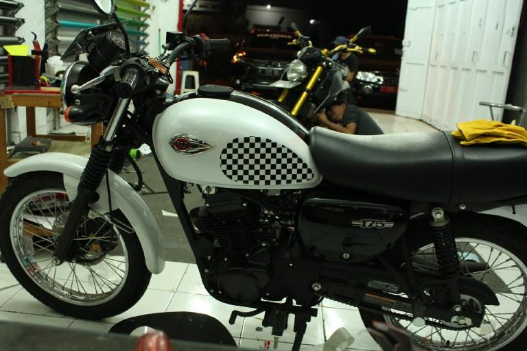 Cutting Stiker Motor | Wrapping Tangki Transparan Gloss variasi Cutting Keren Kawasaki W 175 | Mangele Stiker 081227722792