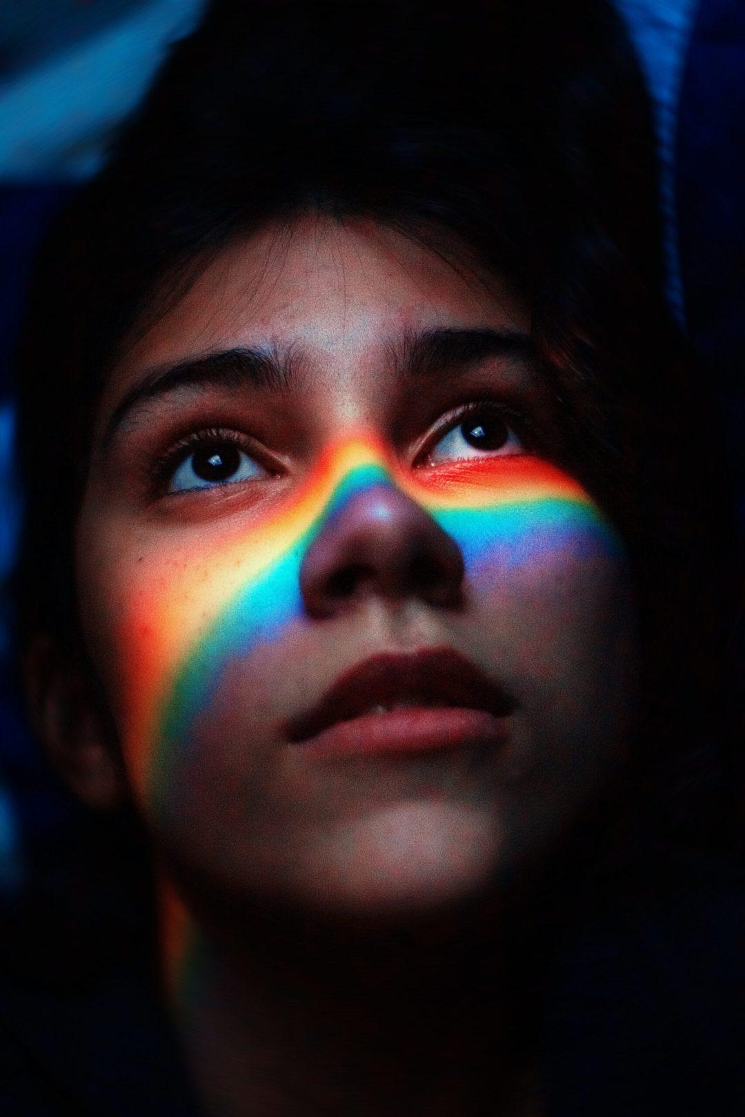 Femme Avec Lumière Arc En Ciel Reflétant Son Visage