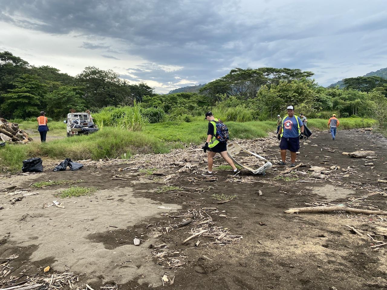 Voluntarios de empresas privadas y públicas le quitaron 550 kilos de basura a playa Azul, Tárcoles.