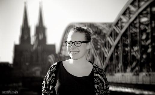 Mieke vor Dom und Deutzer Brücke in Köln .:. 10.3.2014