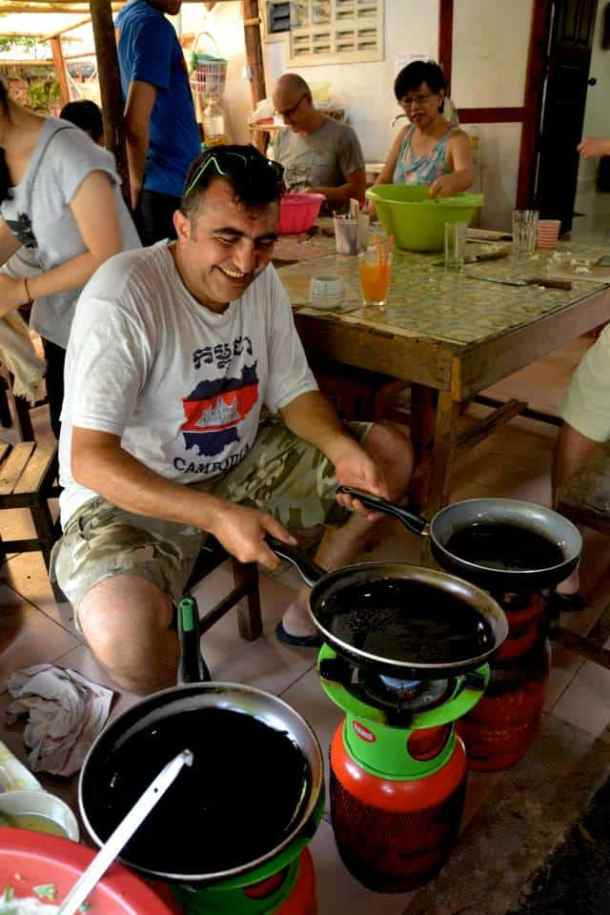 Volunteers have fun in touch a life - #volunteerinasia #volunteerincambodia maninio.com