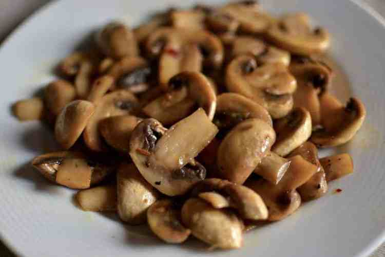 Sauteed Mushrooms with lemon - serving- maninio.com -#mushroomssautted #mushroomscooking