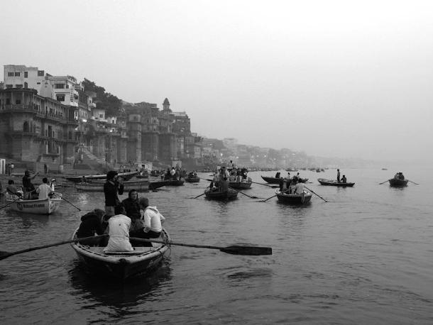 Boat excersions in Varanasi India. maninio.com