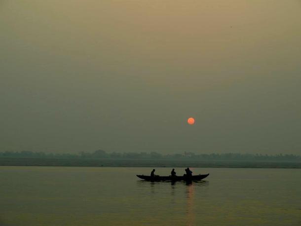 Varanasi (India): Between life & death, sunrise in the ganges river. maninio.com