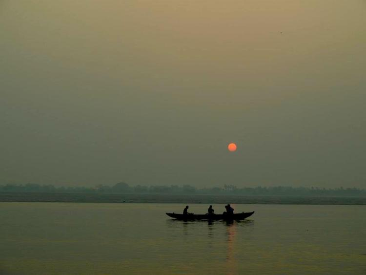 Varanasi (India): Between life & death, sunrise in the ganges river. maninio.com