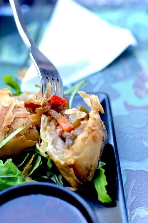 Χορτοφαγική & Βίγκαν Κουζίνα -Spring rolls στο Roots, Θεσσαλονίκη. maninio.com