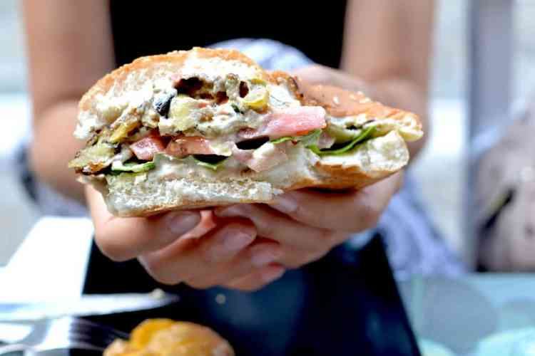 Χορτοφαγική & Βίγκαν Κουζίνα - Χάμπουργκερ στο Roots, Θεσσαλονίκη. maninio.com