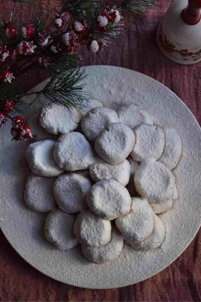 Best 20+ New Year's Menu Ideas | Lunch and Dinner | Vegan. Traditional Greek Kourabiedes. maninio.com #vegansweets #veganchristmasdesserts