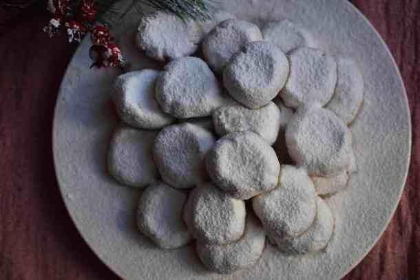 Vegan Κουραμπιέδες με άχνη ζάχαρη. maninio.com