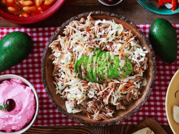Μακαρονοσαλάτα με σώς Ταχίνι. 25+ Vegan Προτάσεις φαγητού για το Πάσχα maninio.com