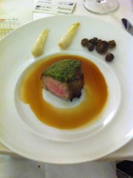 Sottofileto di vitello gratinato alle erbe, salsa all'italiana, cipollotti glassati e funghi prugnoli