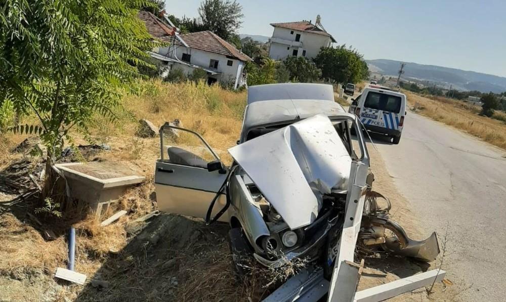 Demir bariyerlere saplanan aracın sürücüsü yaralandı