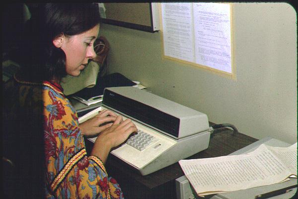 Pengetikan (typesetting) dilakukan oleh seorang typesetter atau setter.