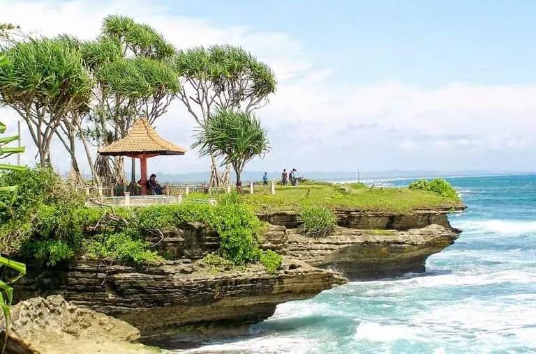 tempat wisata ciamis pantai batu hiu