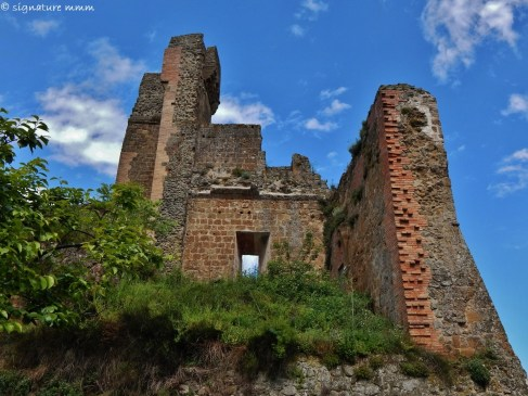 Rocca Aldobrandesca in Sovana, Etruscan fortification from the 11th Century: chaos or merely passage of time?