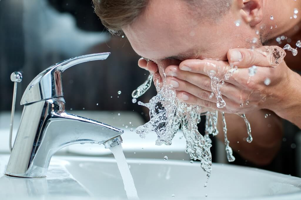 Washing face properly to rinse debris and avoid clogged pores