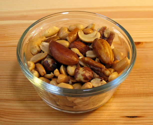Mixed_nuts_small_wood1