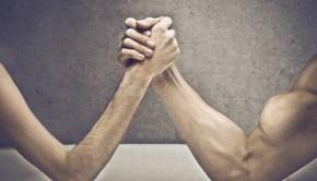 Männer beim Armdrücken