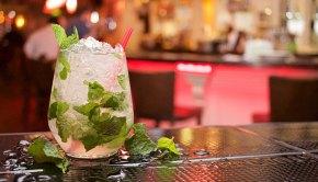 Cocktail auf einer Bar