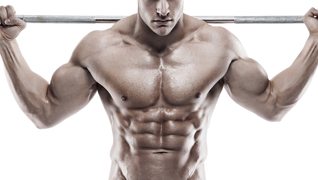 Mann hebt Gewichte