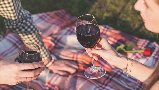 Wein trinken beim Date
