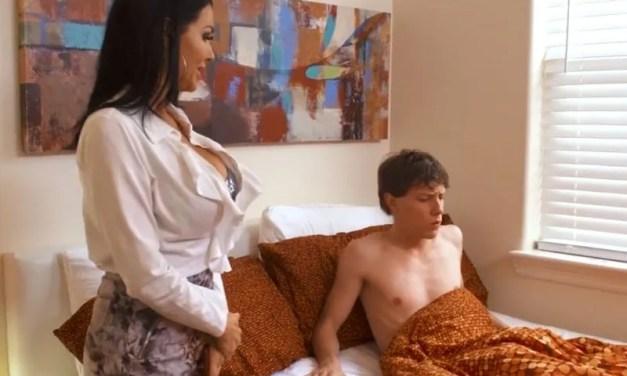 Veronica Avluv, geile milf, heeft seks met de beste vriend van haar zoon