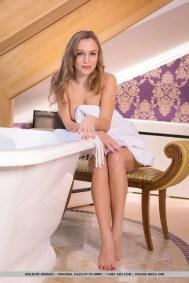 Knappe blondine met grote borsten naakt in de badkamer