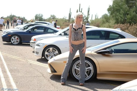 Christine-gaat-graag-naakt-bij-dure-auto's-12