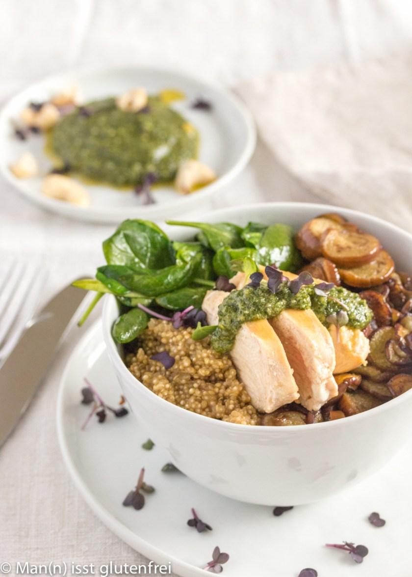 Bowl mit Chicken, Spinat, Aubergine und Minzpesto