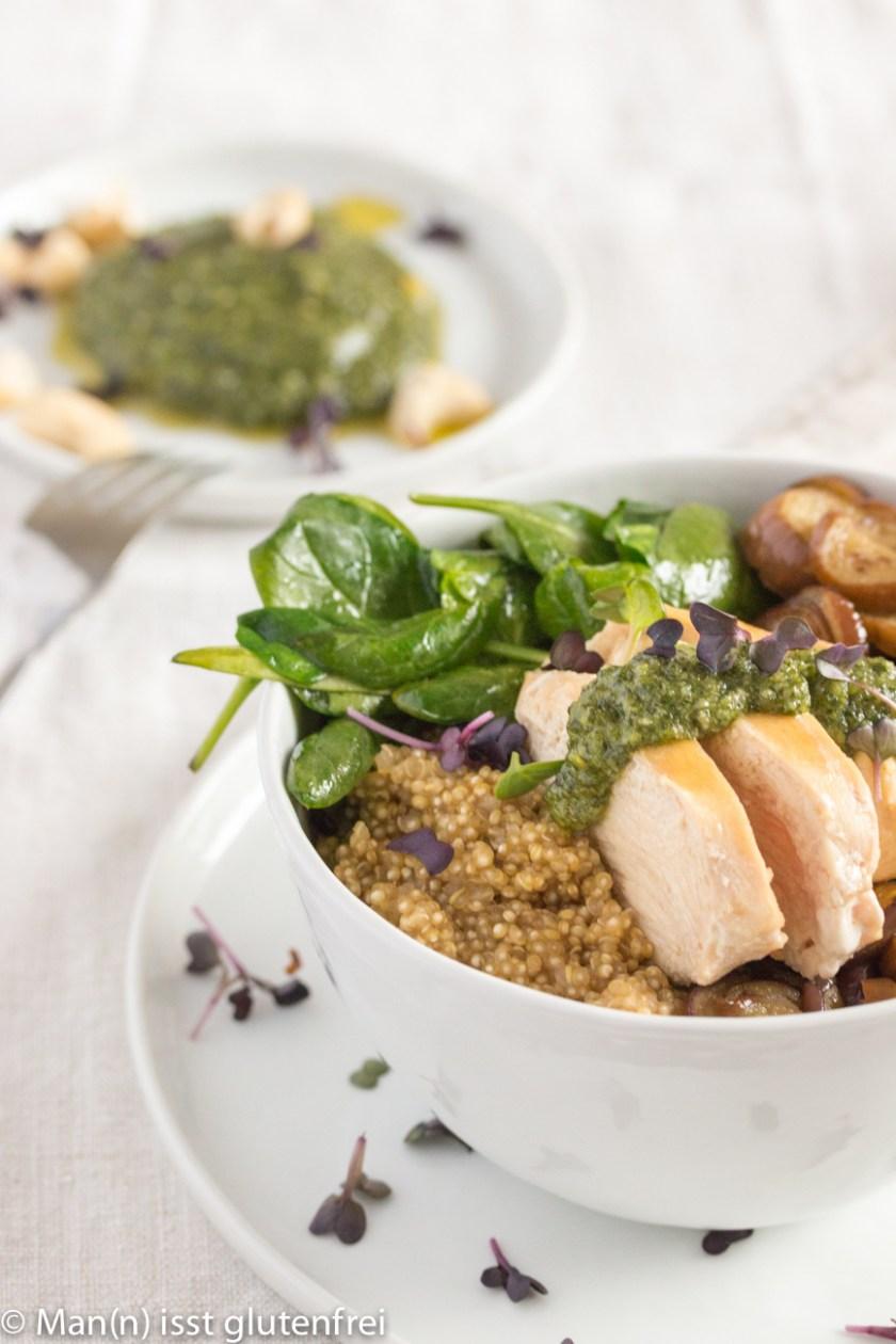 Chicken Bowl Pesto im Hintergrund