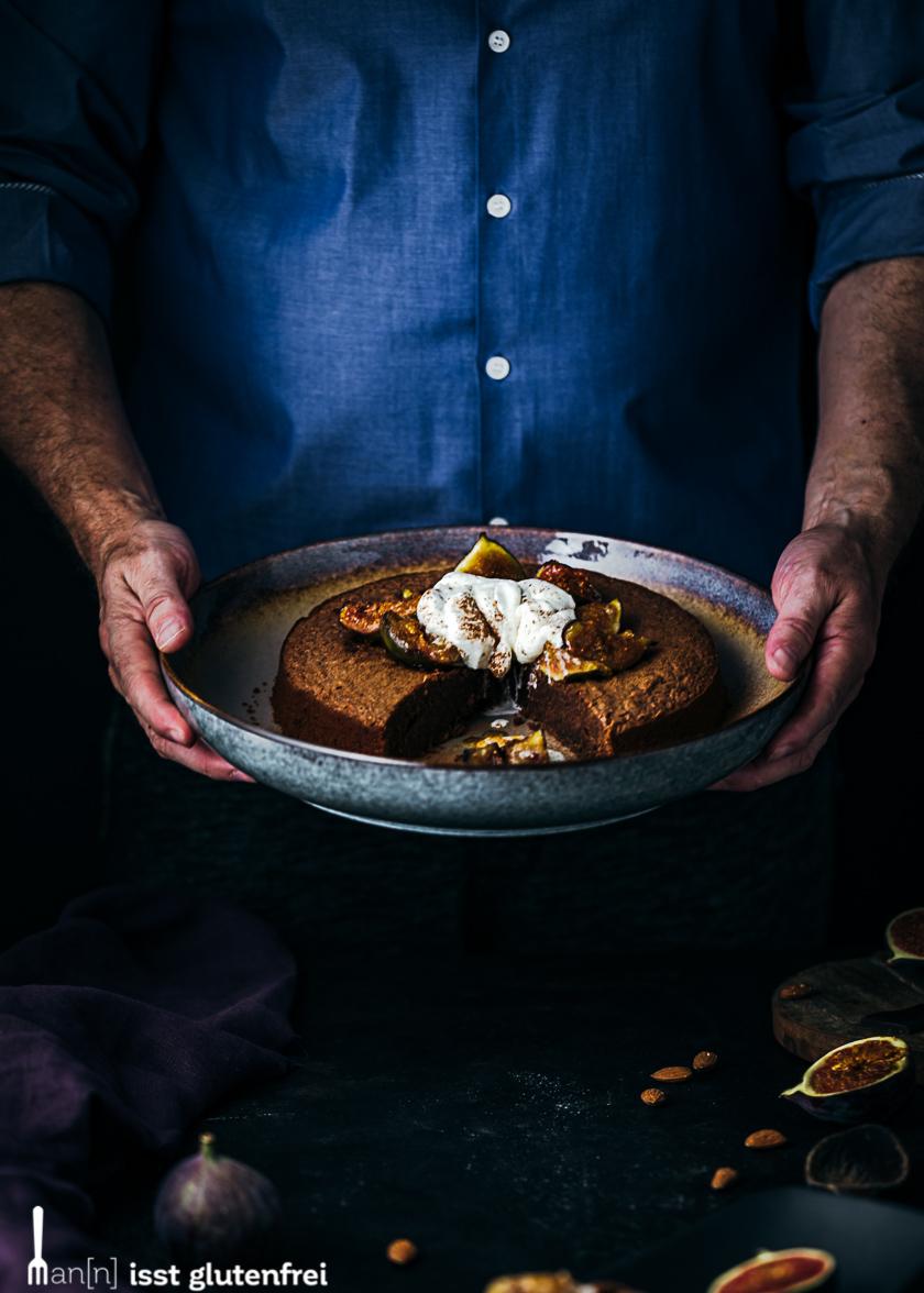 Mann mit Schokoladenkuchen