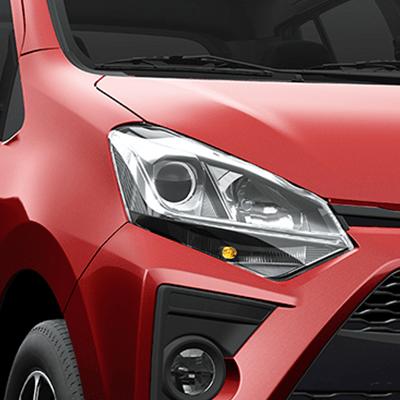Faros delanteros halógenos con luz de posición LED.   Cuenta con faros delanteros halógenos, que mejoran la visibilidad en las pistas, además de brindar una imagen más deportiva.