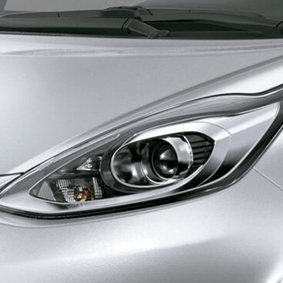 Faros delanteros   Sus faros halógenos tipo proyector, alargados en los extremos, refuerzan la sensación de amplitud y estabilidad del Prius C, con una mirada deportiva distintiva.