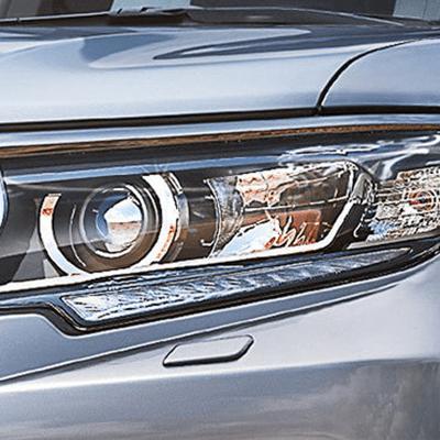 Faros   Faros LED en ambos frentes, complementados con neblineros de gran potencia, y luces diurnas LED que mejoran la visibilidad de la Prado para otros conductores.