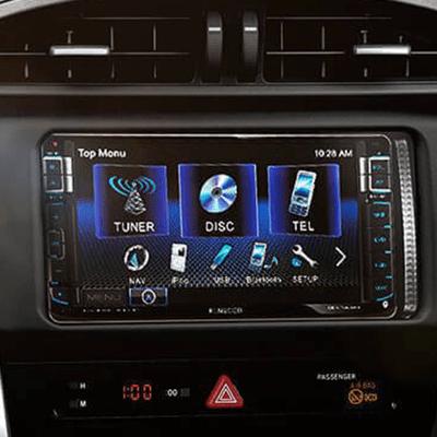 Sistema de Audio.   Con pantalla táctil de 7 y 6 parlantes, para reproducir tu música por DVD, CD, MP3, USB, AUX y Bluetooth. Con controles de audio en el timón (Disponible según versión).